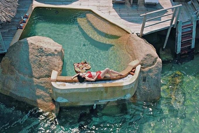 Vợ chồng Bảo Thy thuê một villa đắt tiền, sát biển và có hồ bơi. Vì thế, nữ ca sĩ thích thú thức dậy sớm, vừa nằm phơi nắng vừa ăn sáng.