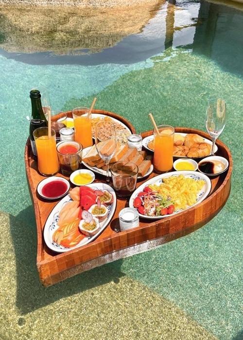 Bữa sáng yêu thích trên hồ bơi của Bảo Thy.