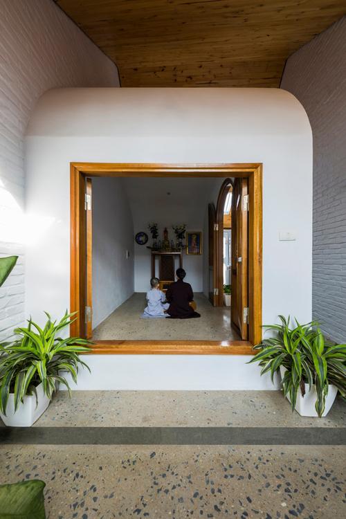 Trong văn hóa, tín ngưỡng người Việt, không gian thờ cúng là nơi linh thiêng, được coi trọng. Ở các nhà truyền thống có một tầng hoặc nhà 3 gian, 5 gian, bàn thờ thường được đặt ở giữa, thường nằm ở phòng khách. Còn với loại nhà ống phổ biến trong các thập kỷ gần đây, bàn thờ thường nằm ở tầng cao nhất của ngôi nhà, khiến khó tiếp cận, nằm tách biệt với không gian chung. Dựa vào các phân tích này, nhóm KTS cố gắng thiết kế phòng thờ vẫn trang trọng nhưng giúp gia chủ dễ lui tới. Phòng thờ được bao quanh bởi ánh sáng tự nhiên, gió và cây xanh.