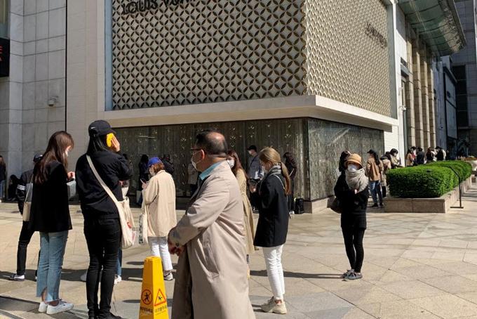 Mọi người xếp hàng để chờ cửa hàng Chanel mở cửa tại Seoul, Hàn Quốc hôm 13/5. Ảnh: Reuters.
