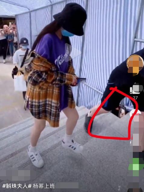Người đàn ông cố gắng chụp trộm Dương Mịch.