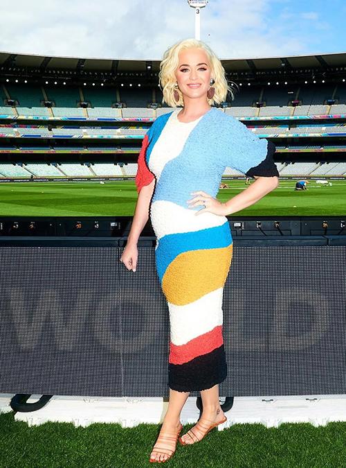 Một trong những sự kiện đầu tiên của Perry là thông báo sau khi mang thai là tại Melbourne, Úc, nơi cô tham dự World Cup Cricket nữ 2020 trong diện mạo đầy màu sắc của Mara Hoffman này.