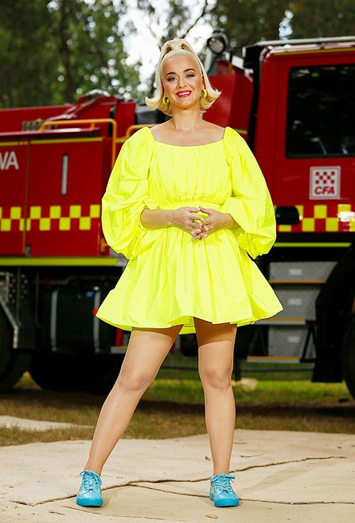 Cũng tại Australia, Perry tỏa sáng rực rỡ trong chiếc váy Valentino màu vàng neon và giày thể thao màu xanh từ Bộ sưu tập Katy Perry của chính cô trước khi biểu diễn tại buổi hòa nhạc dành cho lính cứu hỏa và cộng đồng bị ảnh hưởng bởi vụ cháy rừng ở Victoria.