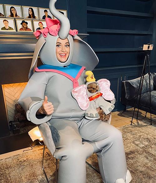 Để trình diễn ca khúc  Baby Mine - nhạc phim hoạt hình Dumbo, Katy thậm chí còn có chú chó pug Nugget tham gia vào trang phục voi của mình.