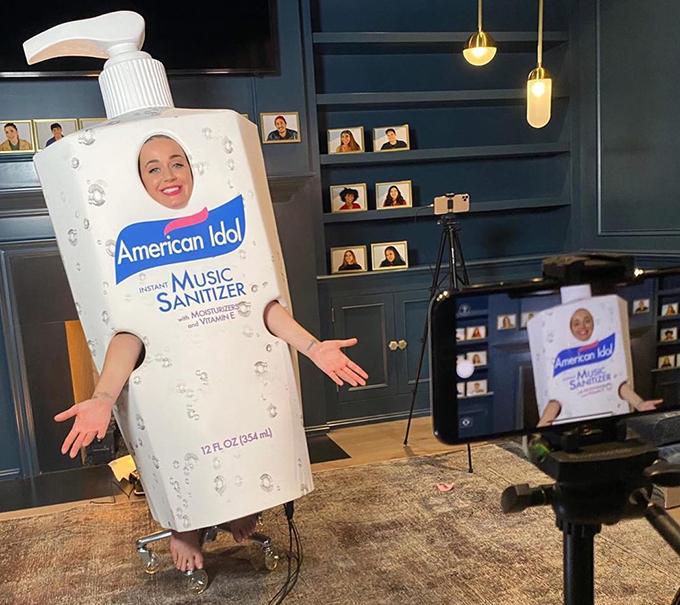 Lần đầu tiên ghi hình một tập American Idol tại nhà, Katy Perry đã phải mặc một cái gì đó đặc biệt. Cô chọn trang phục khử trùng tay rất thích hợp này, được làm đặc biệt cho chương trình.