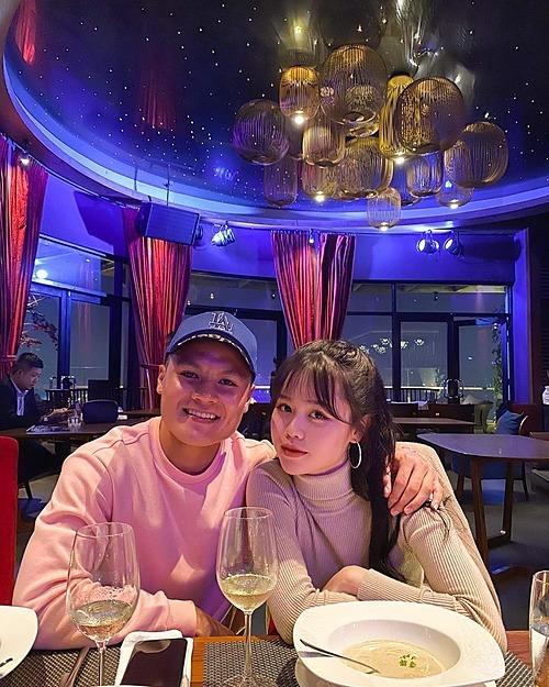Quang Hải đăng ảnh bên bạn gái tin đồn Huỳnh Anh kèm những biểu tượng trái tim. Nhiều khán giả cho rằngnam cầu thủ đang công khai chuyện hẹn hò của mình.