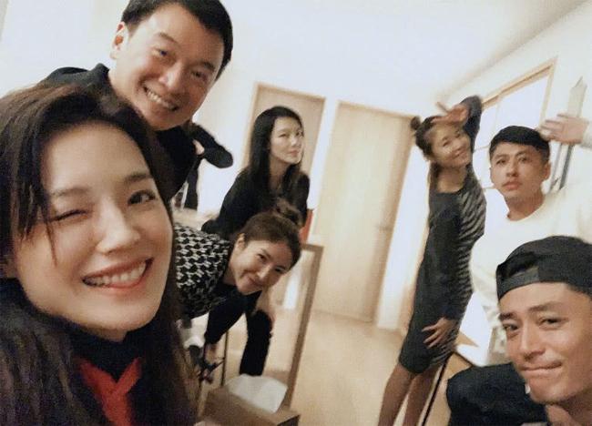 Hoắc Kiến Hoa (ngoài cùng bên phải) cũng rất thân thiết với nhóm bạn của bà xã Lâm Tâm Như.