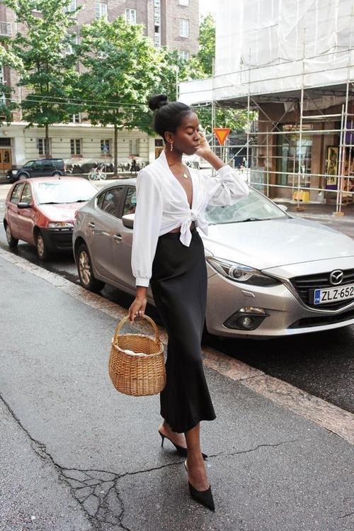 Sơ mi dáng basic có thể biến tấu thành các mẫu áo thắt eo để tôn nét sexy cho bạn gái khi xuống phố.