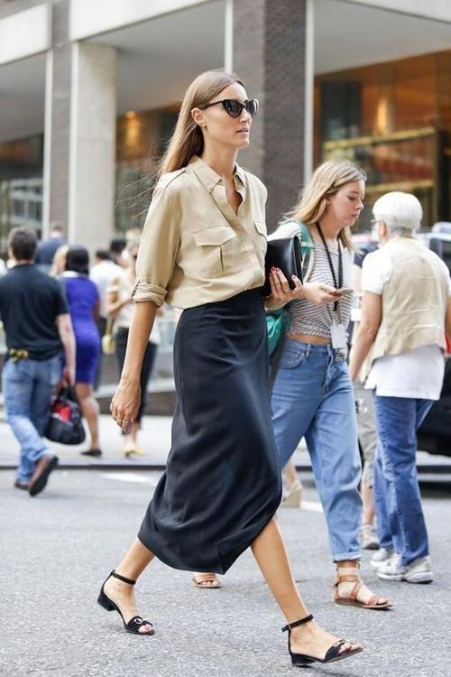 Thay vì diện sơ mi cùng quần âu, chân váy xòe mang dáng dấp thanh lịch là lối mix-match cùng chân váy lụa mềm.