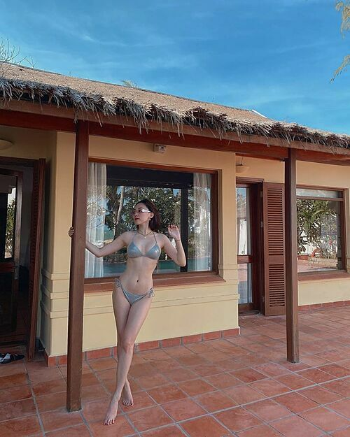 Tóc Tiên khoe dáng với bikini trong ngày sinh nhật.