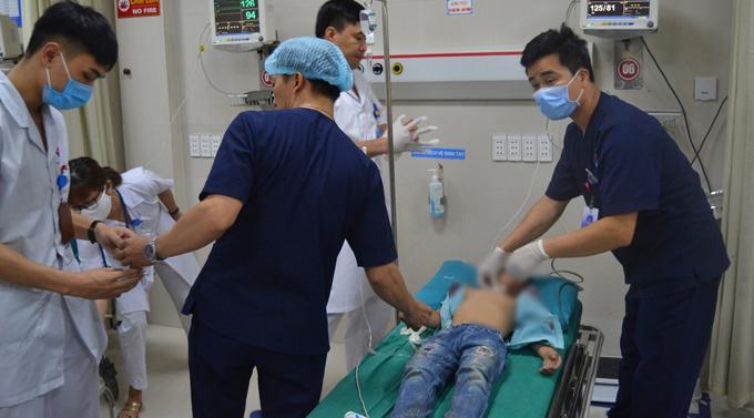 Bé trai được các y bác sĩ cấp cứu tại bệnh viện Đa khoa Hùng Vương, Phú Thọ.