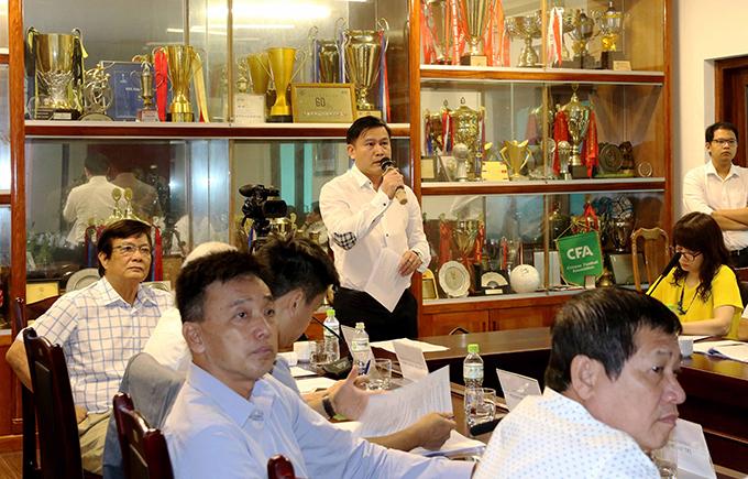 Chủ tịch VPF Trần Anh Tú trình bày phương án thi đấu V-League trong cuộc họp Ban chấp hành VFF sáng 13/5.