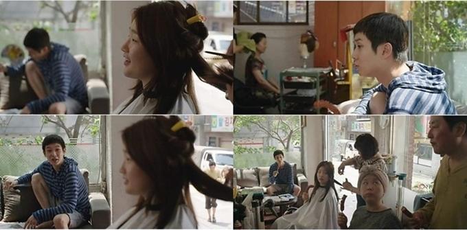 Theo kịch bản gốc, trước khi bốn thành viên gia đình họ Kim dùng thân phận giả vào nhà họ Park làm gia sư, tài xế và giúp việc, cả nhà họ cùng đi cắt tóc. Chi tiết này ngụ ý sự mở màn cho vở kịch lừa đảo chu toàn từ đầu chí cuối của họ. Cảnh này vốn đã được quay nhưng được lược bỏ khi lên phim.