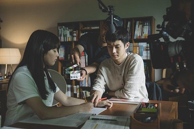 Trong phim, cậu con trai nhà nghèo Ki Woo (Choi Woo Sik đóng) làm gia sư cho cô tiểu thư nhà giàu Da Hye (Jung Ji So đóng). Hai cô cậu cảm mến nhau từ lần gặp đầu và lén lút yêu nhau không lâu sau khi bắt đầu mối quan hệ thầy trò. Tại buổi tiệc sinh nhật ở cuối phim, khi mọi người đều nhập tiệc dưới vườn nhà, cặp đôi ở lại trên phòng và ôm hôn nhau. Cảnh này có trong bản phim hoàn chỉnh của Hàn Quốc nhưng bị cắt bỏ khi ra rạp ở Việt Nam.
