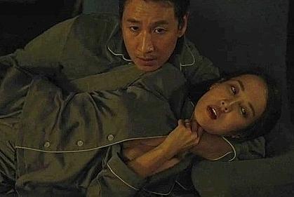 Ông bà Park ân ái trên sofa là cảnh phim gây nhiều tranh cãi sau khi Ký sinh trùng ra mắt. Nhiều người đánh giá hành động của hai nhân vật thô tục và cảnh phim không cần thiết. Trong khi, đạo diễn Bong Joon Ho cho biết tình huống này rất quan trọng với tác phẩm của ông. Tại rạp Việt, cảnh này được giữ nhưng bị cắt ngắn.