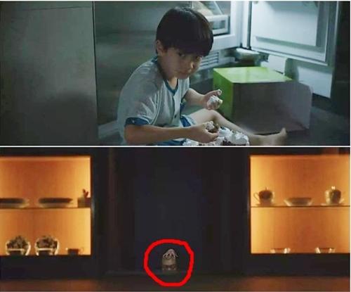 Da Song - cậu con trai mắc chứng tự kỷ của nhà họ Park bị ám ảnh bởi bóng người bước lên từ căn hầm bí mật. Trong ký ức mơ hồ của Da Song, bóng người này có một bàn tay đặt trên đầu. Hình ảnh rùng rợn này cũng được lược bỏ trong phim.