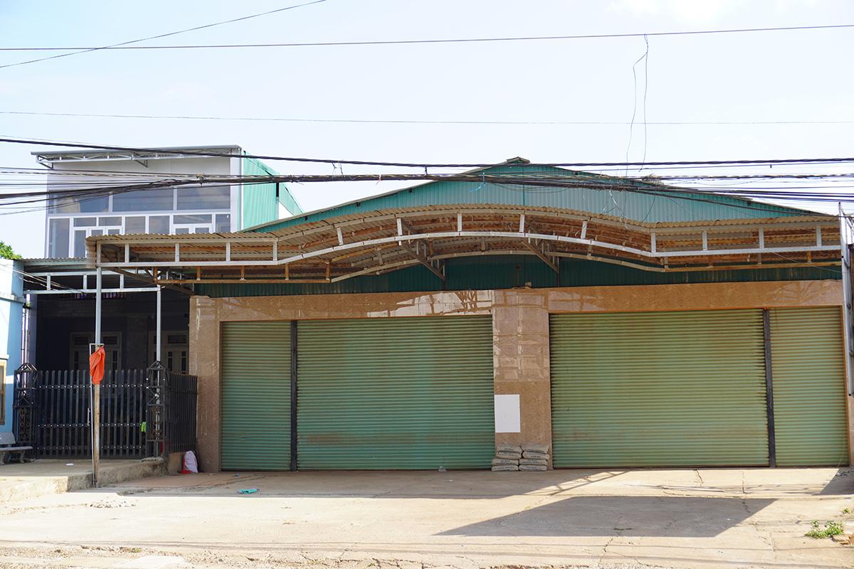 Căn nhà hai tầng và quán bán phân bón, vật liệu xây dựng của ông Minh ở xã Tân Hà, huyện Lâm Hà. Ảnh: Trần Hóa.