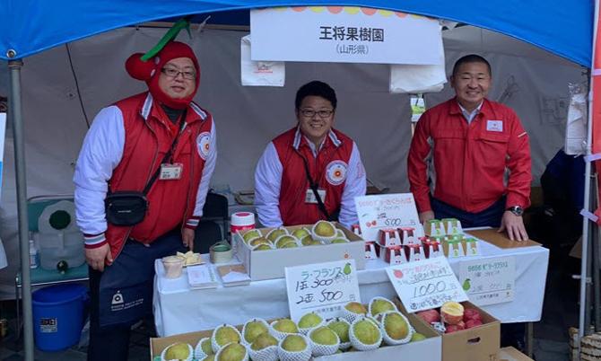 Ông Yoshitomo Yahagi,chủ tịch trang trạiYamagata Sakuranbo bán trái cây tại một hội chợ nông sản năm ngoái. Ảnh: SCMP.