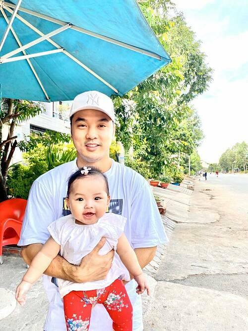 Con gái Ưng Hoàng Phúc cười toét miệng khi chụp ảnh cùng bố.
