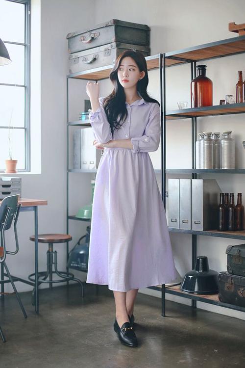 Đầm sơ mi được kết hợp giữa kiểu áo basic cùng chân váy midi dáng xòe nhẹ. Trang phục dành cho các bạn gái vóc mảnh dẻ và muốn tôn nét trẻ trung.