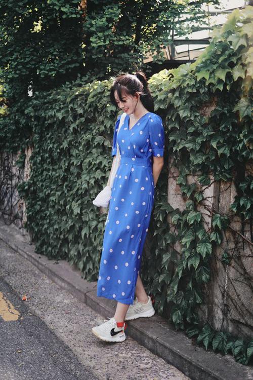 Váy chấm bi ảnh hưởng phong cách retro có thể kết hợp cùng sandal cao gót hoặc giày thể thao vừa duyên dáng vừa năng động.