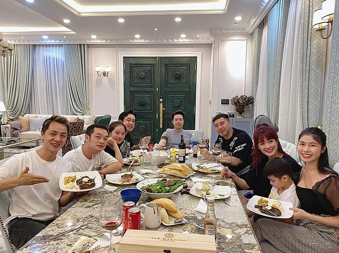 Ca sĩ Lê Hiếu, vợ chồng nhạc sĩ Dương Khắc Linh và những người bạn đến nhà Đăng Khôi - Thuỷ Anh tụ tập ăn uống.