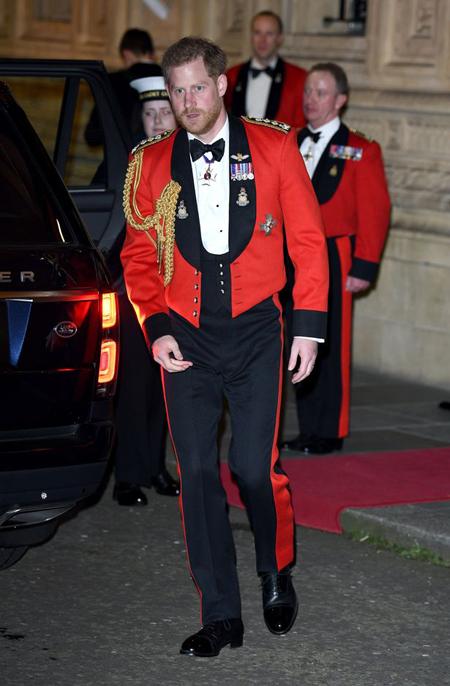 Harry mặc quân phục đỏ khi cùng vợ đến tham dựLễ hội âm nhạc Mountbatten - sự kiện được tổ chức bởi Hiệp hội Thuỷ quân hoàng gia hồi đầu tháng 3. Ảnh: AFP.