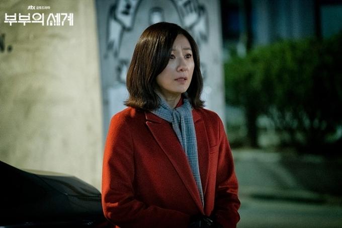 Kim Hee Ae đóng vai chính Sun Woo trong Thế giới hôn nhân.