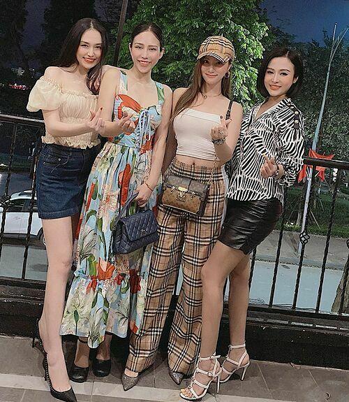 Đã là mẹ ba con nhưng bà xã Tuấn Hưng (trái) được khen vẫn trẻ trung, xinh đẹp trong bức ảnh chụp cùng Hạnh Sino và những người bạn.