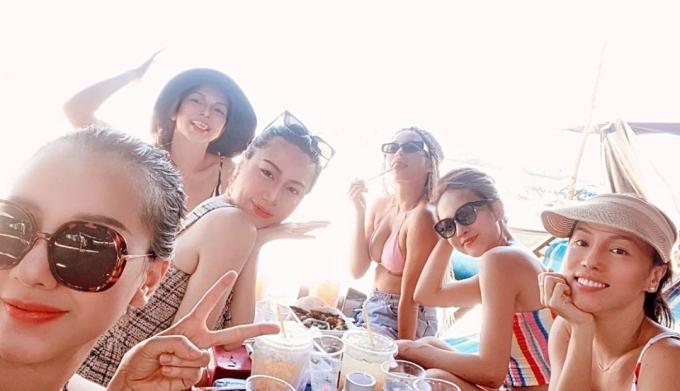 Băng Di và nhóm bạn có chuyến oanh tạc biển Hồ Tràm dịp cuối tuần này. Sáu cô gái rủ nhau thưởng thức đủ món hải sản tươi ngon lành như ghẹ hấp trong dãy lều ven biển. Vì đang là mùa du lịch cao điểm của các bãi biển nổi tiếng, cùng với việc gỡ bỏ giãn cách xã hội nên người người tranh thủ đi chơi sau nhiều ngày phải ở nhà.