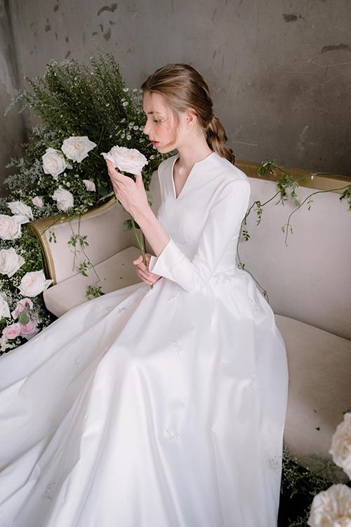 Mẫu đầm không có bất kỳ hoạ tiết nào để giúp tôn nhan sắc kiều diễm của cô dâu. Váy có giá thuê 18 triệu đồng.