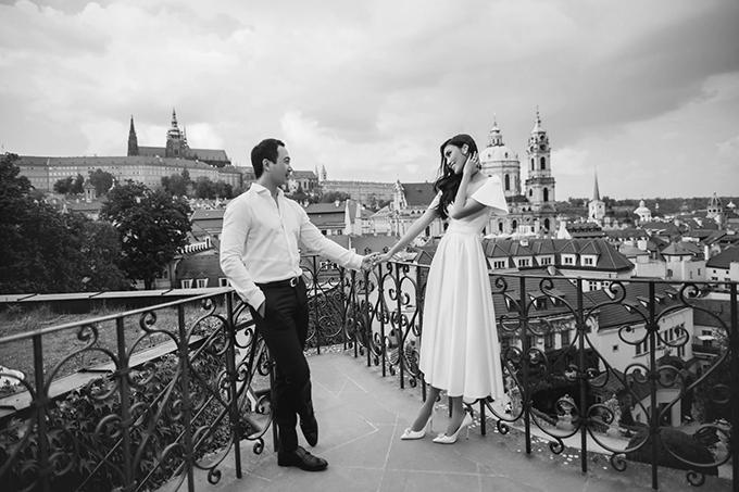 Váy cưới có phần ngực trễ, được đắp một lớp voan mỏng bên trên tạo sự duyên dáng, phần tay áo xoè rộng, chân váy xoè nhẹ mang đến vẻ thanh lịch cho người diện.