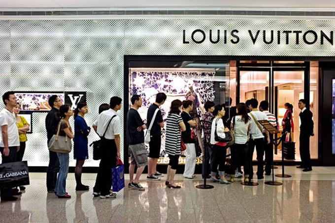 Dòng người xếp hàng để vào một cửa hàng thời trang xa xỉ Louis Vuitton trong một trung tâm thương mại ở Thượng Hải năm 2018. Ảnh: AFP.