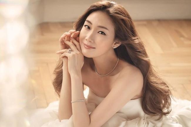Choi Ji Woo nổi tiếng với những bộ phim hot của màn ảnh Hàn Quốc.