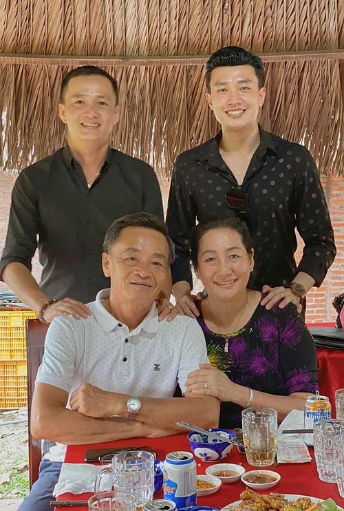 Diễn viên Quốc Trường và bố mẹ chúc mừng sinh nhật anh trai.