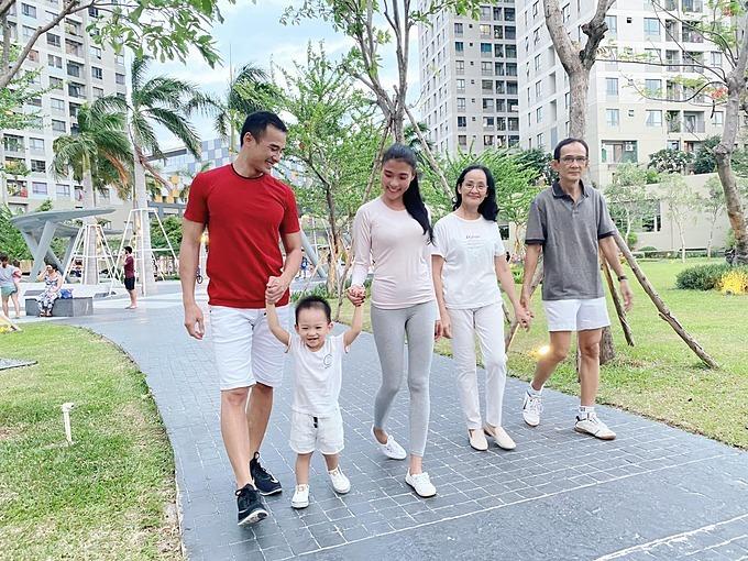 Vợ chồng Thúy Diễm - Lương Thế Thành đi dạo cùng bố mẹ và con trai.