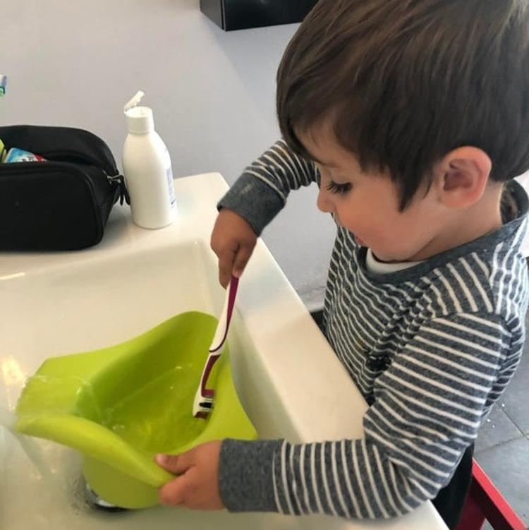 Cậu bé 3 tuổi lấy bàn chải đánh răng của bố để làm sạch bô của mình.
