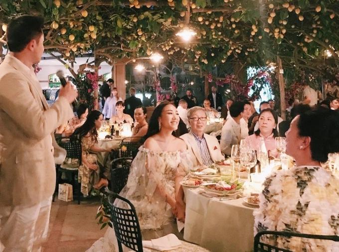 Fashionistangười Hong KongFeiping Chang dành tình cảm đặc biệt cho Capri, vì thế cô đã chọnDa Paolino làm nơi tổ chức đám cưới triệu đô của mình. Cô diện váy cưới in hình quả chanh vàng, đồng thời dựngbackground chụp ảnh toàn chanh đón khách mời.