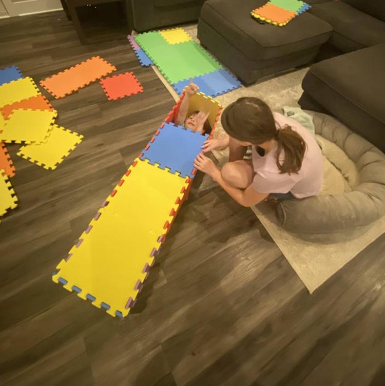 Trí tưởng tượng của bọn trẻ không có giới hạn, hai chị em dỡ các miếng thảm xốp để làm quan tài cho nhau.
