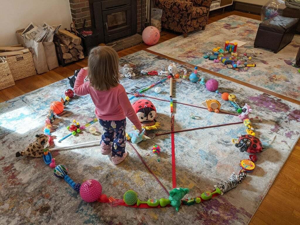 Cách xếp đồ chơi của bọn trẻ cũng vô cùng sáng tạo.