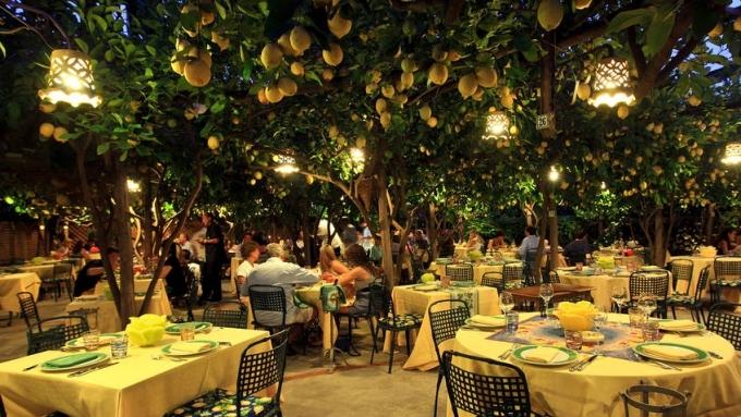 Nhà hàng mang phong cách ẩm thực Caprese truyền thống của Italy. Nơi này được nhiều người nổi tiếng ghé thăm mỗi khi có dịp du lịch vùng Capri. Năm ngoái, Kylie Jenner tổ chức sinh nhật lần thứ 22 của mình ở đây.