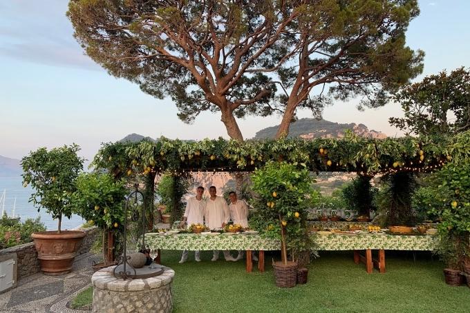 Da Paolino là một trong những nhà hàng được yêu thích nhất vùng Capri, Italy nhờ nằm dưới một giàn chanh vàng sai quả. Thực khách dùng bữa dưới mái che bằng cây chanh xanh mát, tỏa hương thơm thoang thoảng.