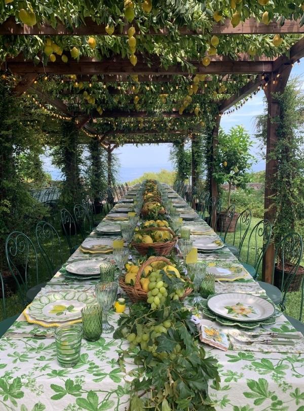 Sảng khoái, tươi mới chính là cảm giác nhà hàng mang đến cho thực khách ngay khi đặt chân vào không gian bên trong. Trang trí với hai tông mau xanh lá cây và trắng, xen kẻ sắc vàng ươm của quả chanh