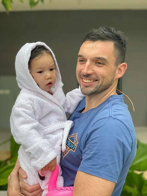 Đăng ảnh chồng Tây hạnh phúc bên con gái Myla, siêu mẫu Hà Anh chia sẻ: Mọi người bảo mau mau đẻ thêm đứa em trai cho Myla, cho có nếp có tẻ, 10 phần vẹn 10. Khổ lắm, nhà này lại không hám con trai, và cũng chưa hám đẻ. Xin cám ơn vì sự quan tâm sâu sắc.
