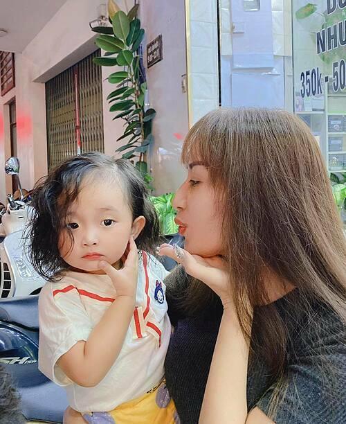 Vẻ đáng yêu của con gái Khánh Thi sau khi được mẹ đưa đi làm tóc xoăn.