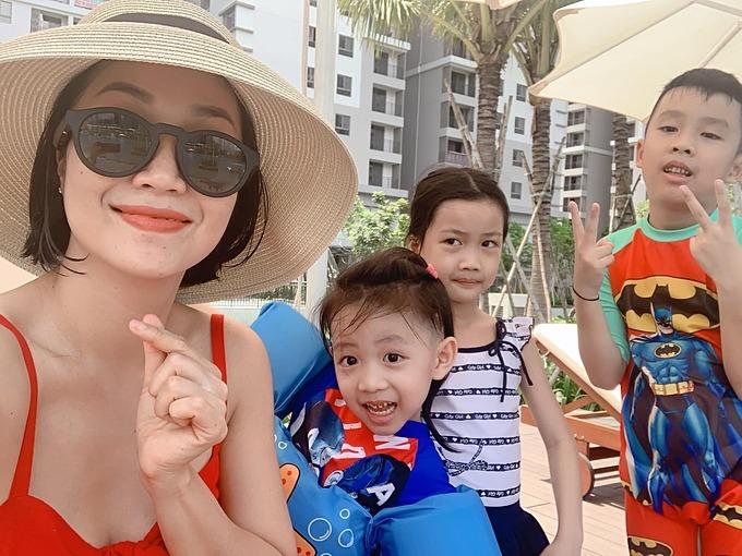Ba nhóc tỳ nhà Ốc Thanh Vân nhí nhảnh tạo dáng khi chụp ảnh cùng mẹ tại bể bơi.