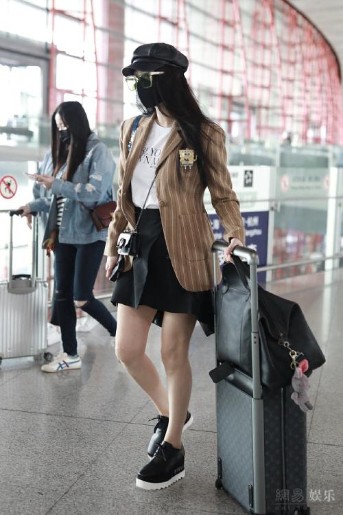 Phạm Băng Băng một mình ở sân bay.