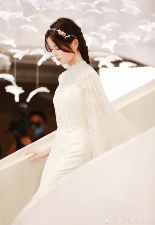 Được khen ngợi là sao đẹp nhất Trung Quốc, Dương Siêu Việt ngày càng tự tin khi đứng trước ống kính.