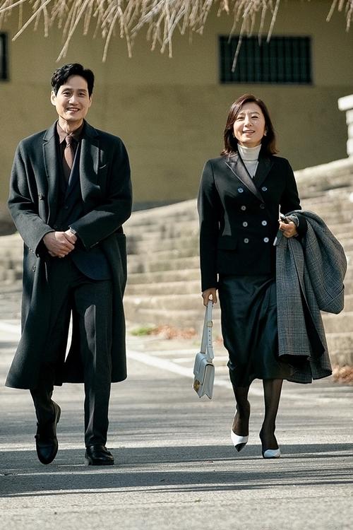 Hai diễn viên chính Park Hae Joon và Kim Hee Ae trên trường quay những tập cuối Thế giới hôn nhân.
