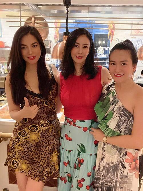Trương Ngọc Anh và Anh Thơ (vợ diễn viên Bình Minh) chúc mừng sinh nhật hoa hậu Hà Kiều Anh.